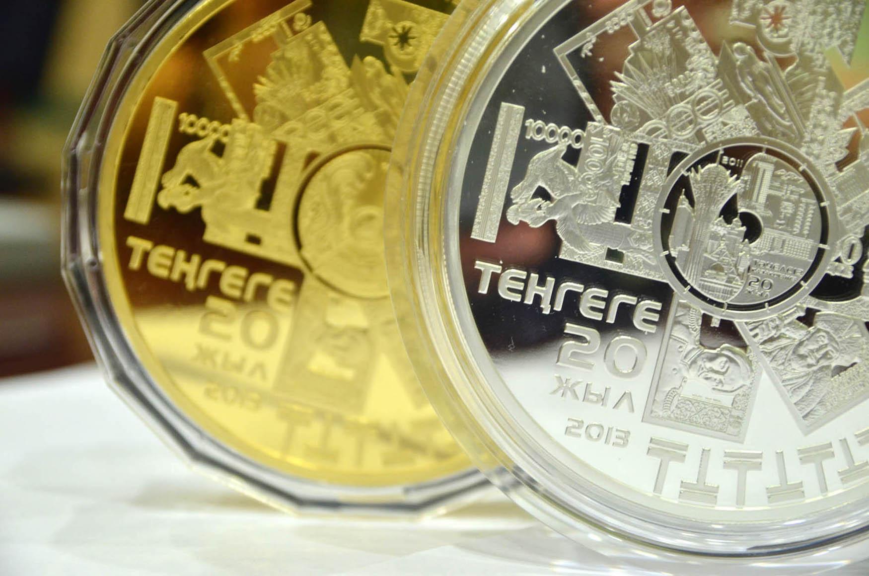 Открытки к дню валюты, смокинг