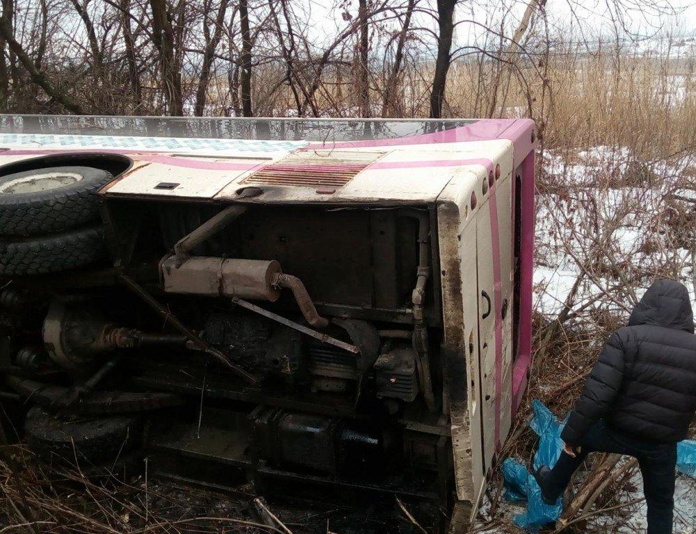 Автобус опрокинулся натрассе вАктюбинской области