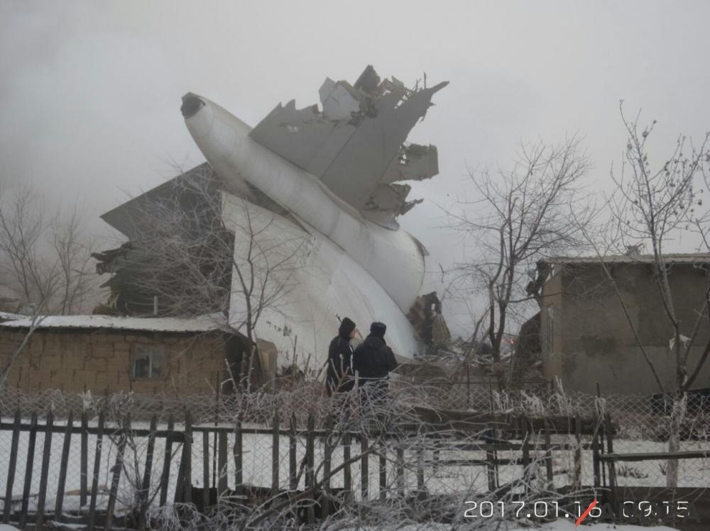 ВКиргизии грузовой самолет упал напоселок: неменее  37 погибших