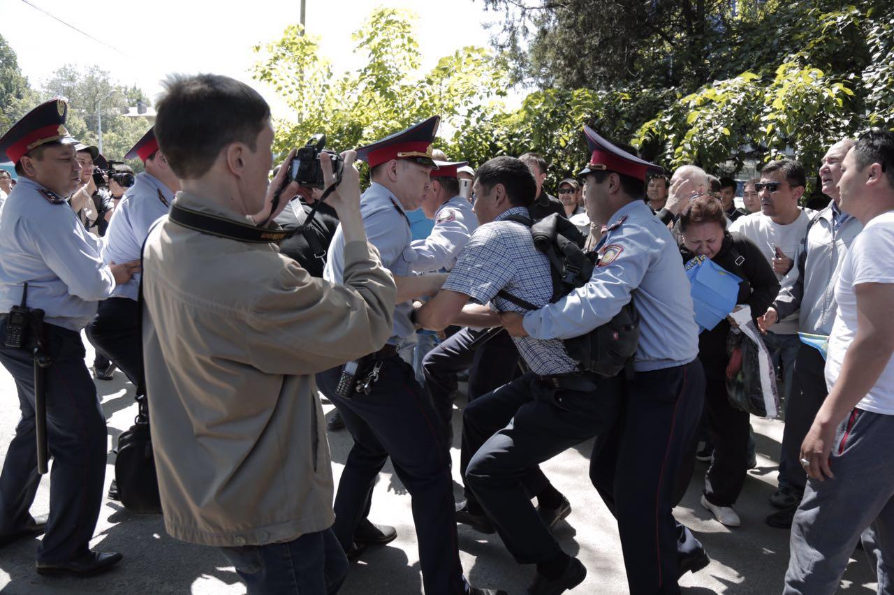 Полиция оттеснила людей, собравшихся на подступах к площади Республики - Аналитический интернет-журнал Vласть