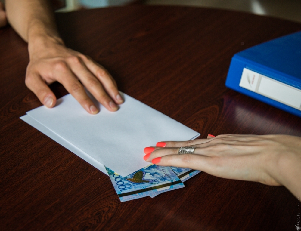 РуководителейАО «Байтерек DEVELOPMENT» поймали навзятке в28 млн тенге