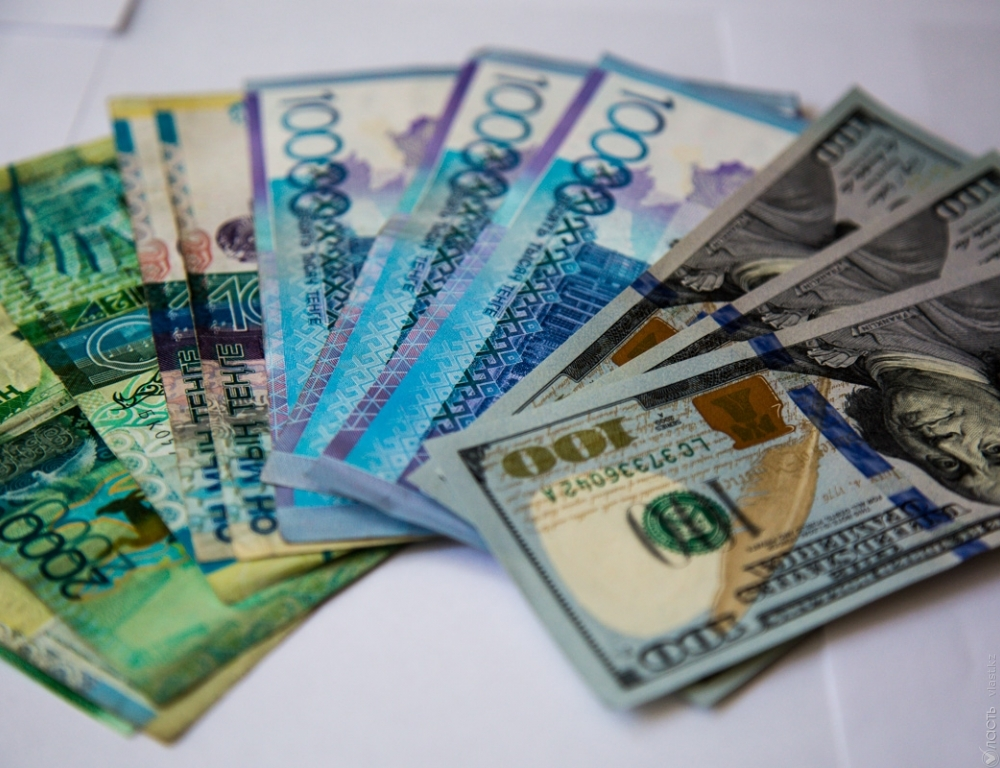 Курс доллара вКазахстане достиг уровня мая нынешнего года - 329,68 тенге